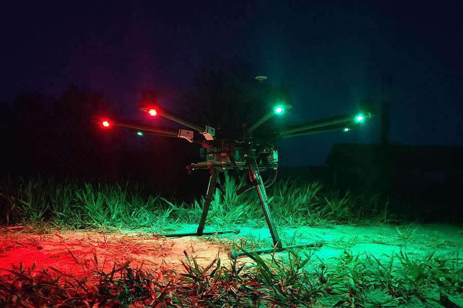 Drone S1000 i mørket med tændt lys,