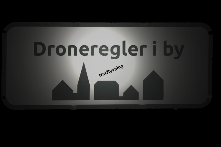 byskilt i natten med lys fra lommelygte, skiltet står dronerregler i byen, natflyvning